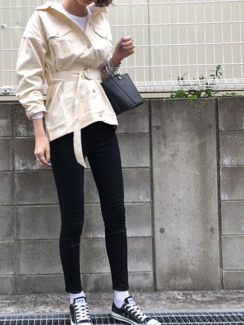 白デニムジャケットと黒スキニーパンツの画像