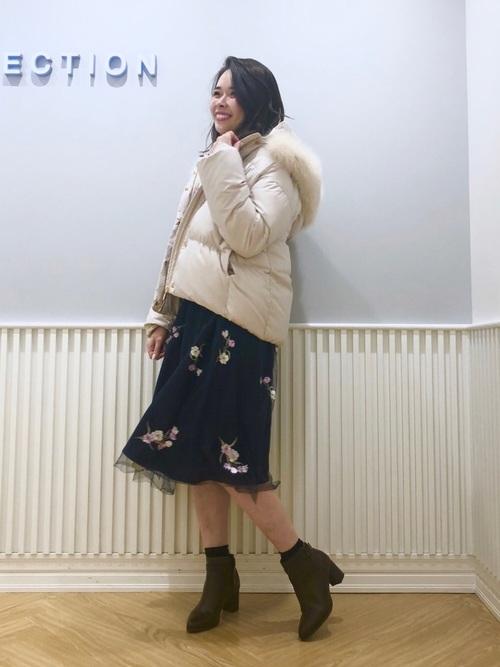 ファー付きのダウン×花柄スカートのコーデ画像