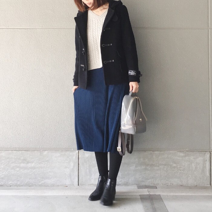 黒ダッフルコート×白ニット×ブルーニットスカートのコーデ画像