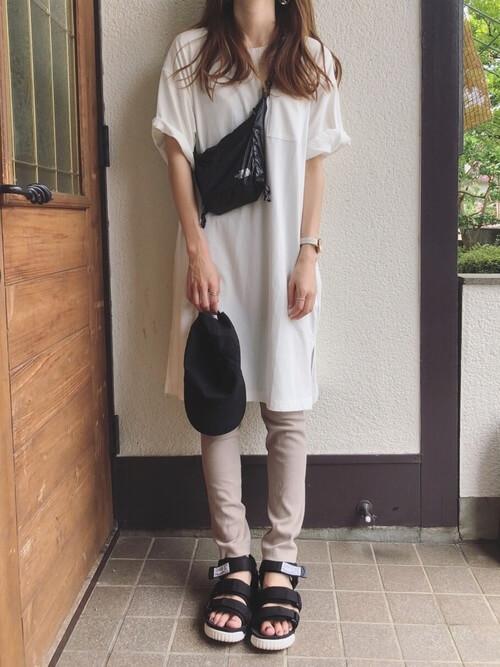 白ビッグTシャツ×ベージュレギンスのコーデ画像