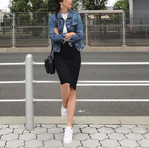 デニムジャケット×黒タイトスカート×白スニーカーのコーデ画像