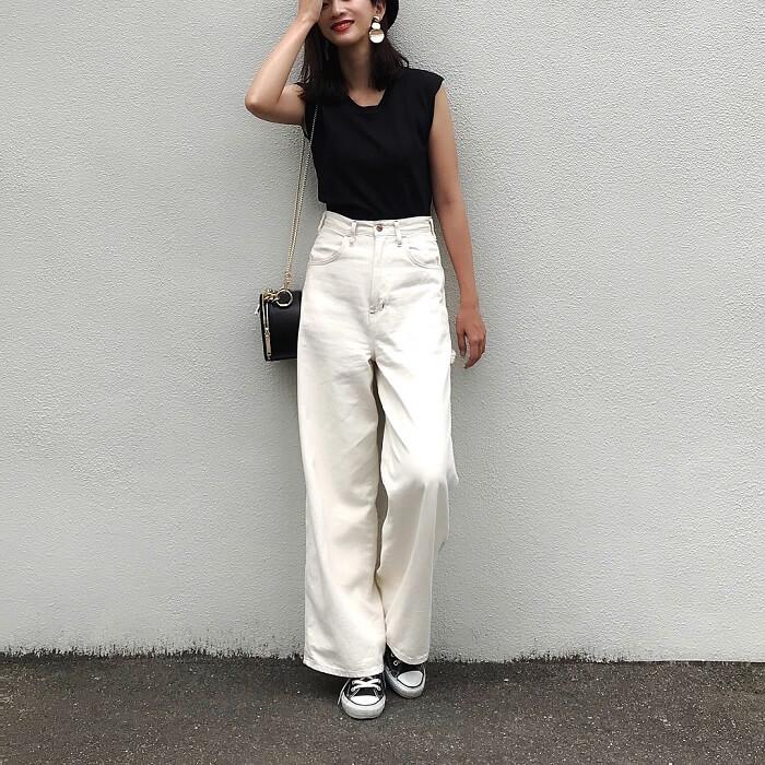 「白ワイドパンツ×スニーカー」の春夏コーデ写真