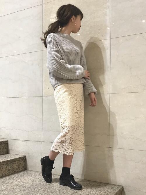 白レースタイトスカート×グレーニットのコーデ画像