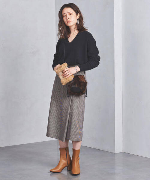 茶色の千鳥格子ラップスカート×黒Vネックニットのコーデ画像