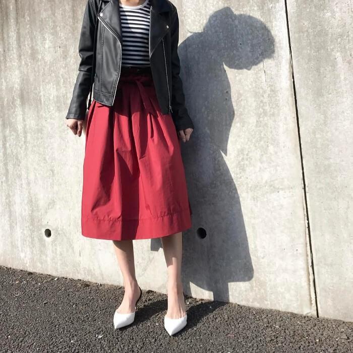 黒ライダース×赤スカートのコーデ画像