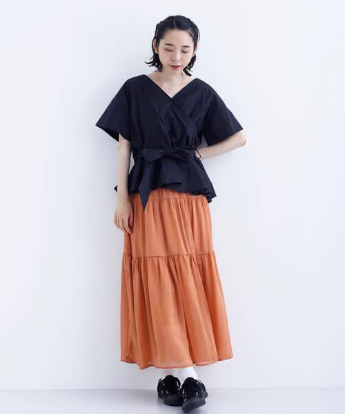 くすみオレンジシースルースカート×黒トップスのコーデ画像