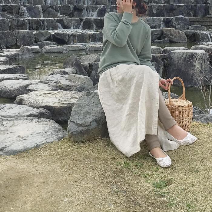 カーキスウェット×アイボリーリネンスカートのコーデ画像