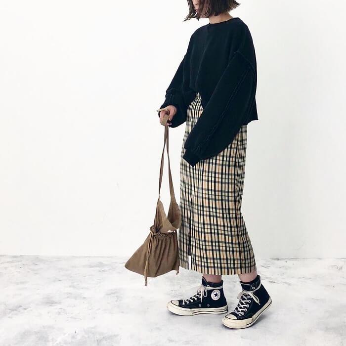 黒ニット×オーバーチェックタイトスカートのコーデ画像