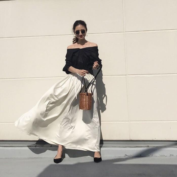黒オフショルトップス×白ロングフレアスカートのコーデ画像