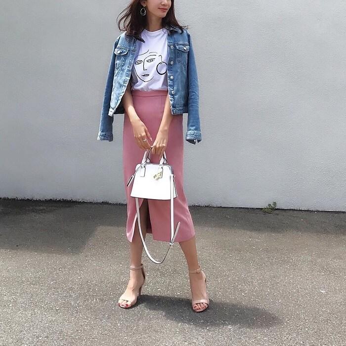 白プリントTシャツ×ピンクタイトスカート×デニムジャケットのコーデ画像