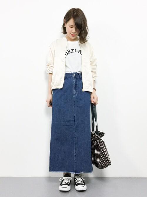 白サテンブルゾン×デニムロングスカートのコーデ画像