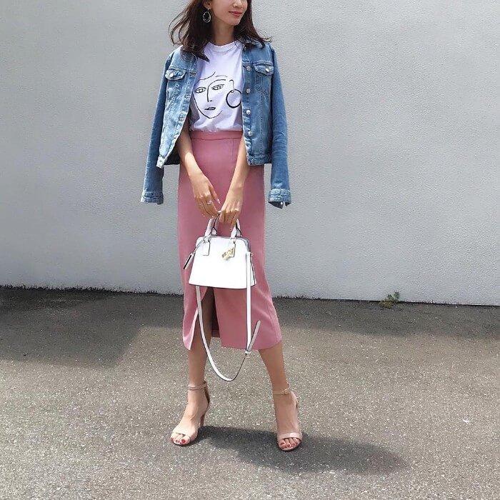 ライトブルーデニムのジャケットと白Tシャツとピンクタイトスカートのコーデ画像