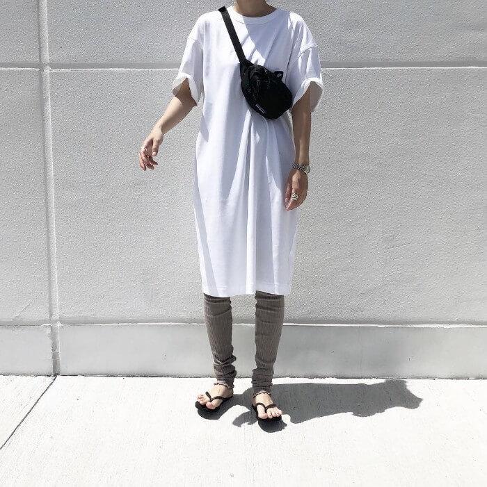 白のTシャツワンピース×カーキレギンスのコーデ 画像
