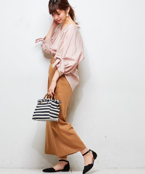 ピンクシャツ×キャメルワイドパンツのコーデ画像