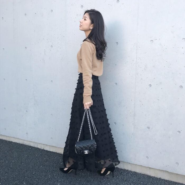 黒フレアスカート×ベージュのタイトニットのコーデ画像