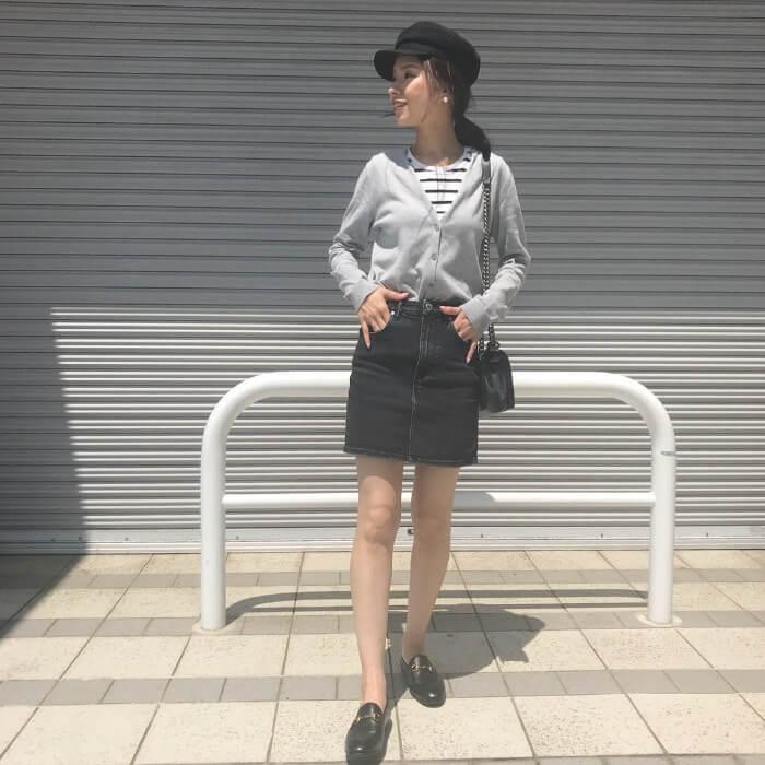黒デニムのミニタイトスカートのコーデ画像