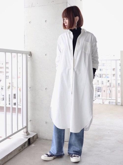 白シャツワンピース×黒タートルネックのコーデ画像