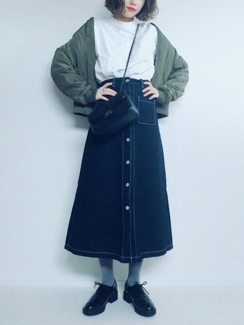 ミモレ丈デニムスカート×グレータイツのコーデ画像