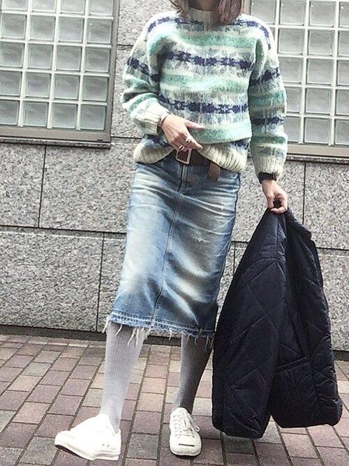 カットオフデニムスカート×グレータイツ×白スニーカーのコーデ画像