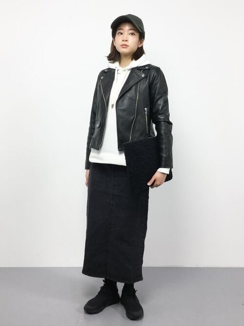 ライダース×黒デニムロングスカートのコーデ画像