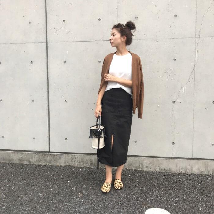 黒ペンシルスカート×白トップスのコーデ画像