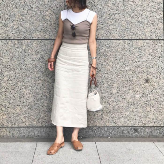 白タイトスカート×白ノースリーブ&キャミソールのコーデ画像