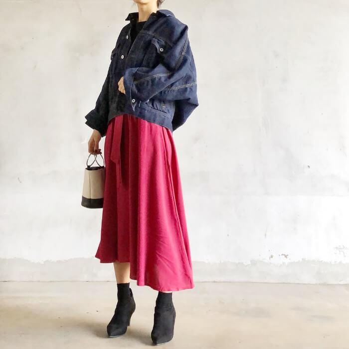 赤タックフレアスカート×デニムGジャンのコーデ画像