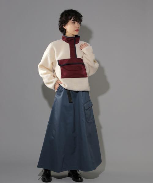 ブルーミリタリー風スカート×白ボアプルオーバーのコーデ画像