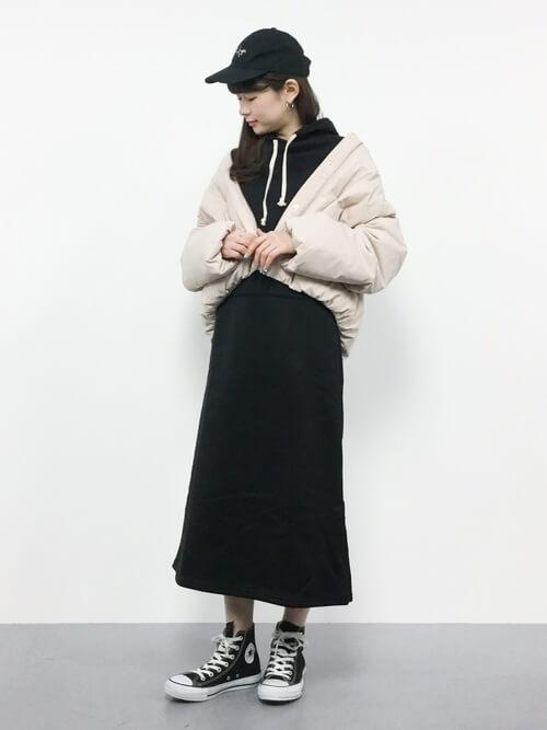 黒パーカーワンピース×ショート丈ダウンジャケットのコーデ画像