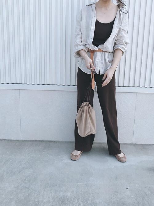 ベージュロングリネンシャツ×茶色ニットパンツ×ベルトのコーデ 画像