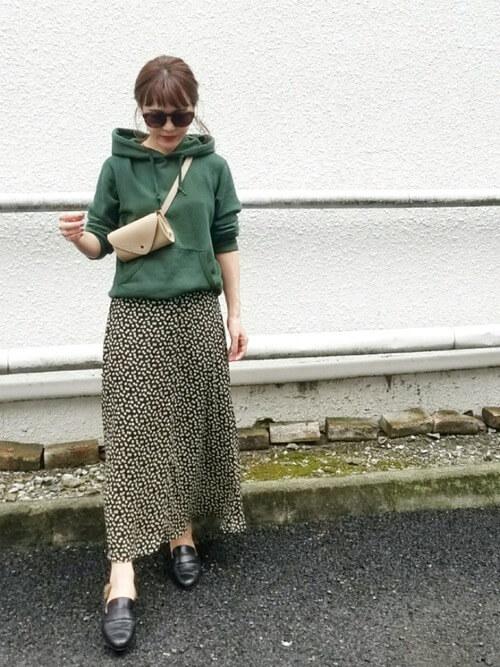 緑パーカー×柄スカートのコーデ画像