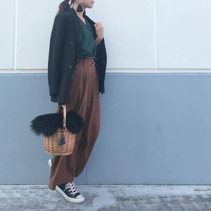 テーラードジャケット×緑シャツ×ブラウンワイドパンツのコーデ画像