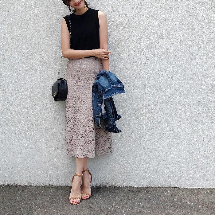 黒ノースリーブニット×レースフレアスカートのコーデ画像