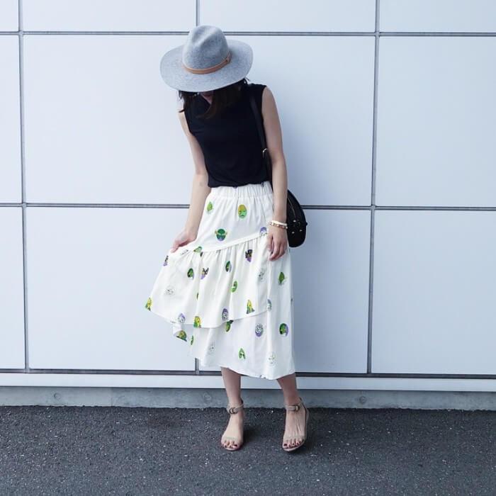 グレーソフトハット×黒トップス×白ティアードスカートのコーデ画像