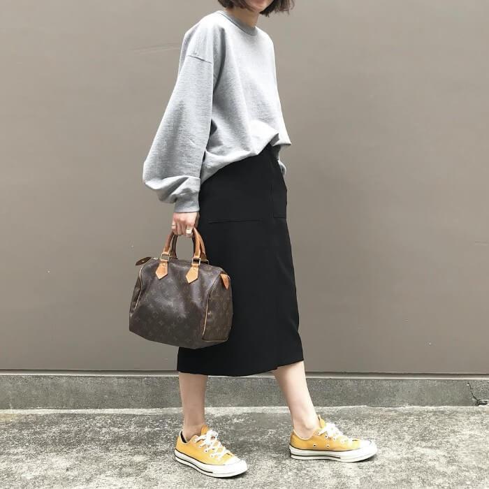 グレービッグスウェット×黒タイトスカートのコーデ画像