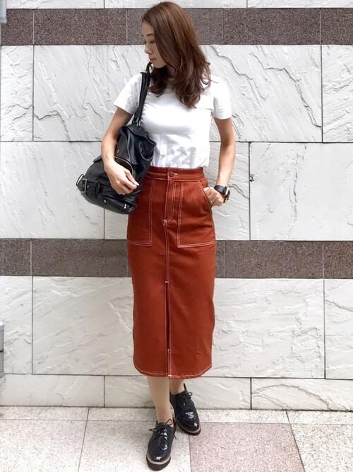 白無地Tシャツ×茶色タイトスカートのコーデ画像