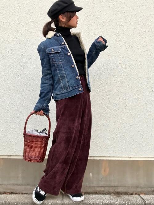 ボアデニムジャケットとタールネック×コーデュロイパンツのコーデ画像