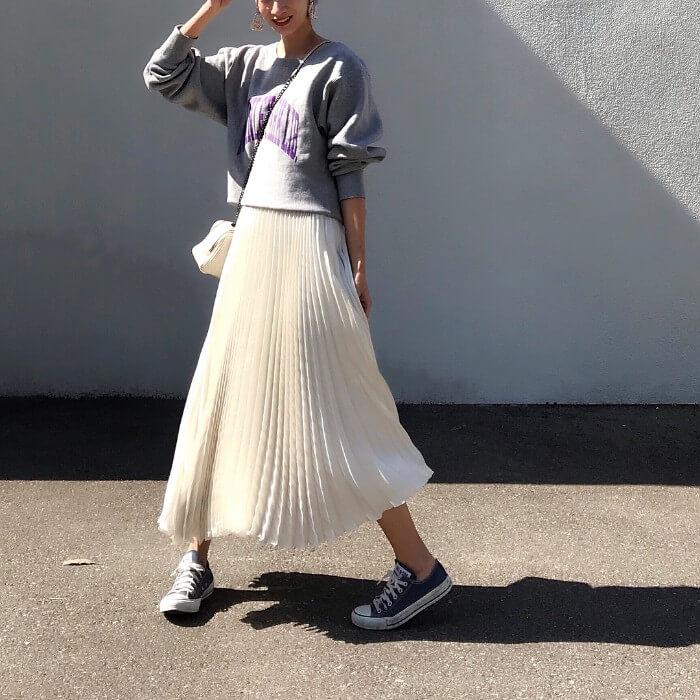 白プリーツスカート×黒スニーカーのコーデ画像