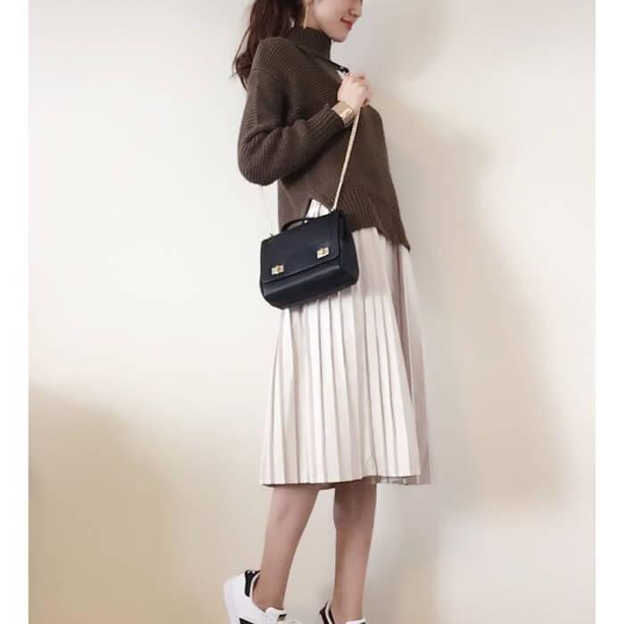 ブラウン×白プリーツスカートのコーデ画像