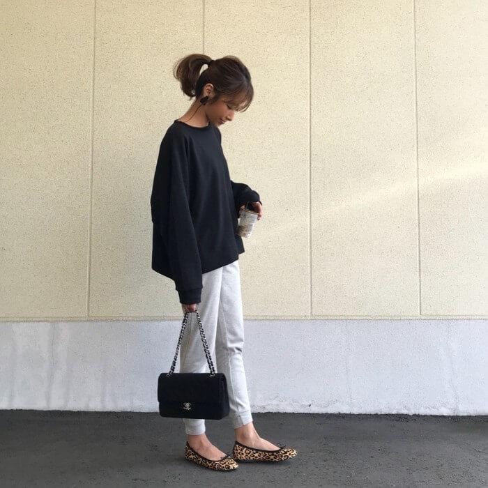白のスウェットパンツにチェーンバッグとレオパードシューズのコーデ画像