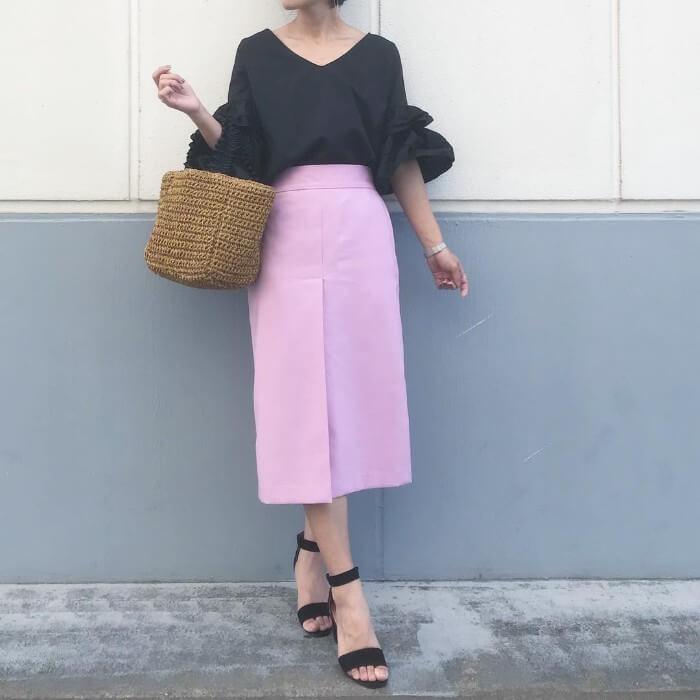 タイトピンクスカート×黒フリル袖ブラウスのコーデ画像