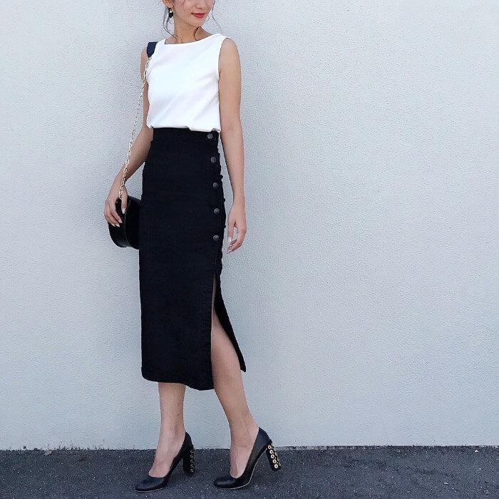 白ノースリーブ×黒タイトスカート×黒パンプスのコーデ画像