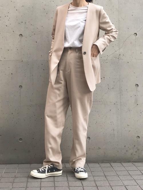 ベージュのテーラードジャケットと同色のスラックスのコーデ画像