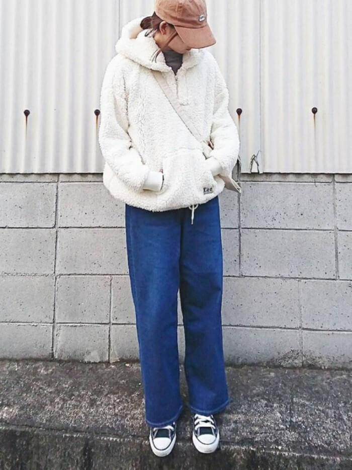 白ボアパーカー×デニムワイドパンツのコーデ画像