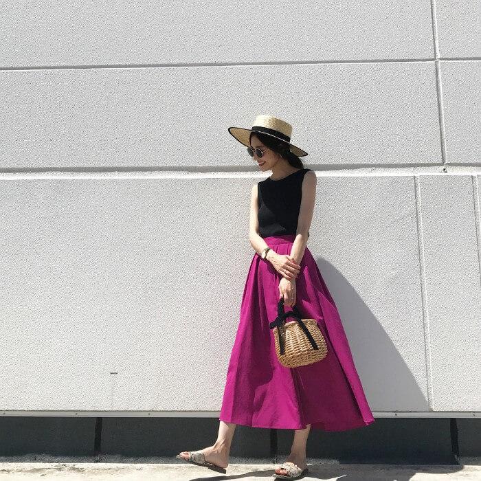 黒タンクトップ×パープルフレアスカートのコーデ画像