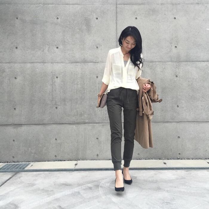 白シャツ×グレーのキャミソールのコーデ画像