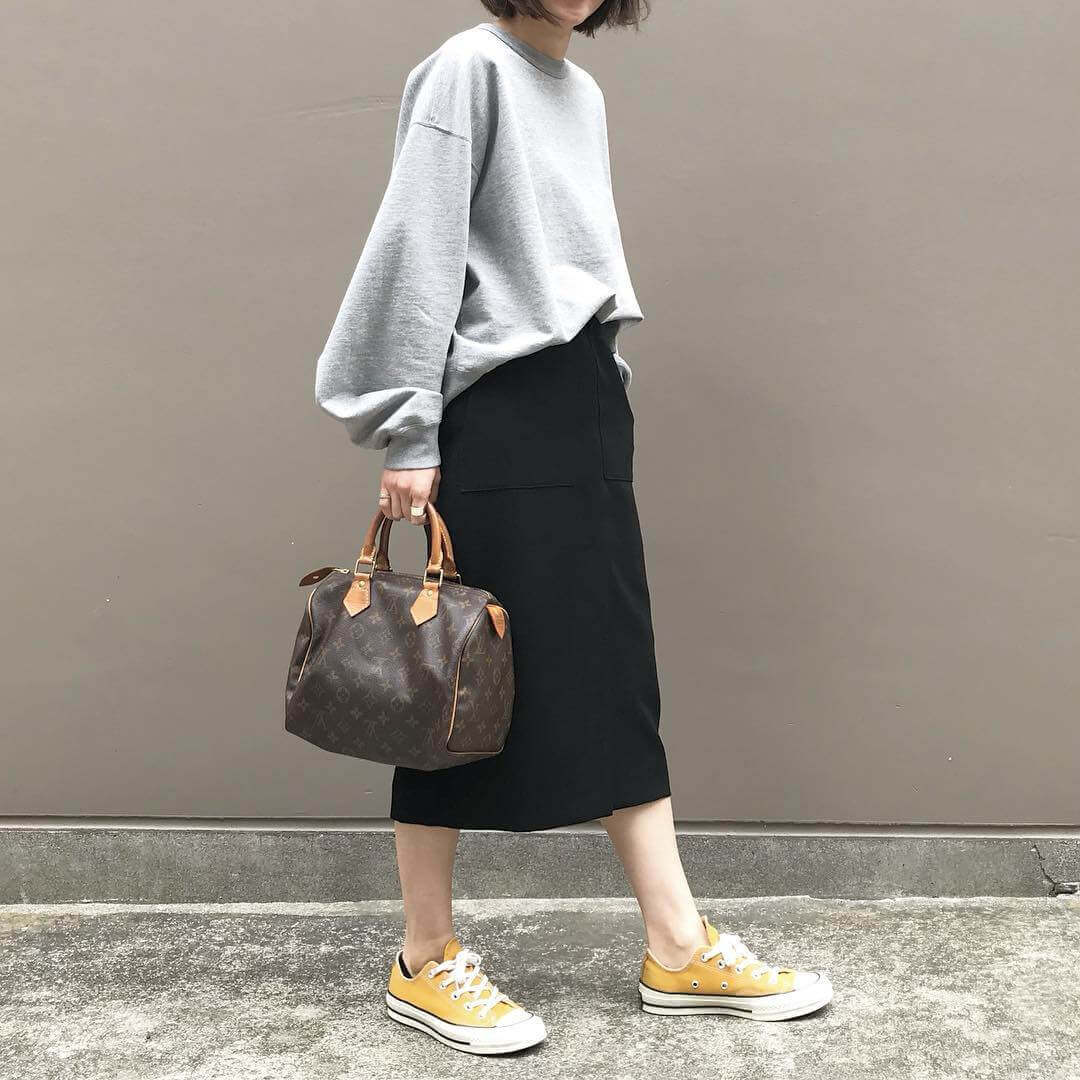 グレースウェット×黒タイトスカートのコーデ画像