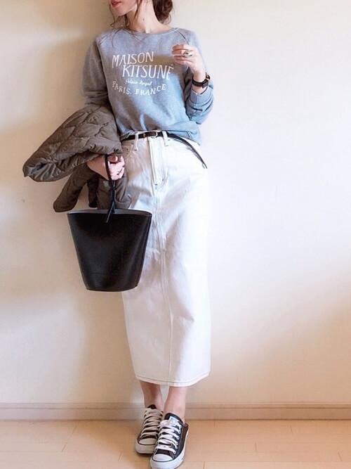 ロゴスウェット×白デニムロングスカート×黒ベルトのコーデ画像