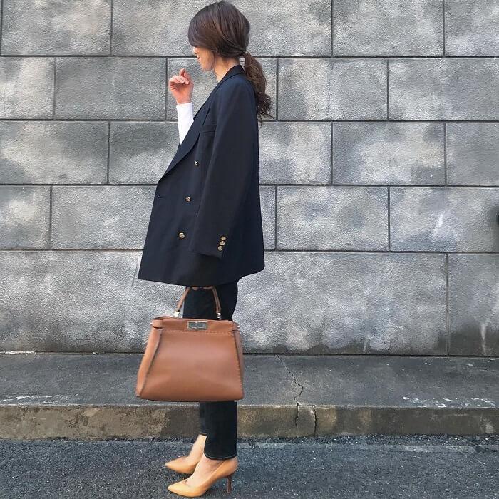 紺ブレ×白トップス×生デニムパンツのコーデ画像