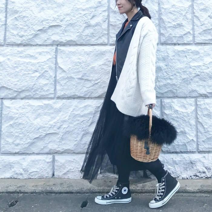 黒チュールロングスカート×白カーディガンのコーデ画像
